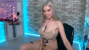 Solo large tits girl pussy eating on live cam