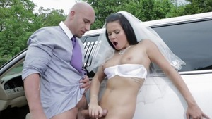 Very hawt babe gets a good fucking in the limo